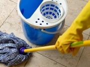 secchio con mocio per la pulizia del pavimento