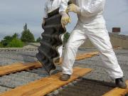 operaio bonifica amianto su tetto casa