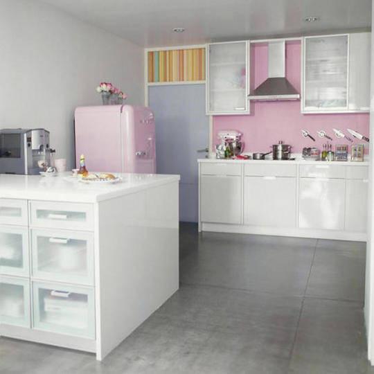 parquer grigio e cucina rosa pastello